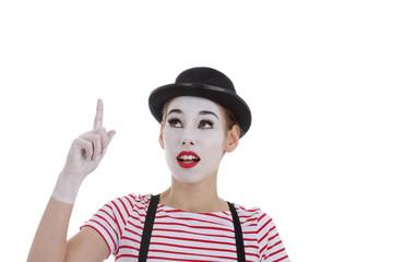 jeune fille mime maquillage blanc théâtre mimant trouver une idée