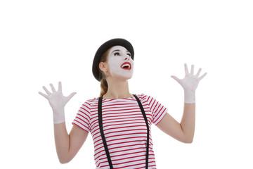 jeune fille mime maquillage blanc théâtre mimant explosion de joie