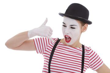 jeune fille mime maquillage blanc théâtre mimant une dispute au téléphone