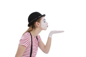 jeune fille mime maquillage blanc théâtre mimant un baiser
