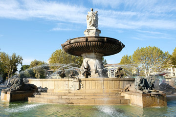 Stores à enrouleur Fontaine Aix-en-Provence, France - October 18, 2017 : the famous fountain Rotonde at the base of the Cours Mirabeau market street