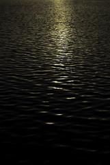 水面に伸びる夕日の輝き