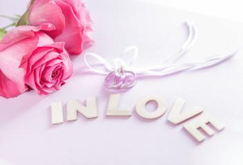 Heiratsantrag, Ringe mit Blumenstrauss