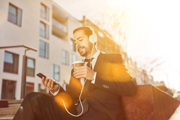Business Mann nutzt Smartphone für soziale Medien