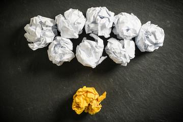 Papierkugeln als Symbol für Ideen, mit einer die heraussticht