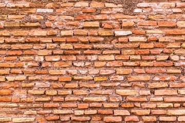 ローマ 赤レンガの塀