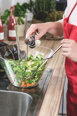 Balsamico Essig wird auf frischen Salat gegossen