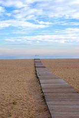 Ponton de bois sur la plage d'Arenys de Mar, en Catalogne