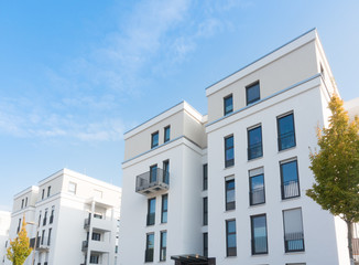 modernes Gebäude mit Flachdach - Eigentumswohnungen