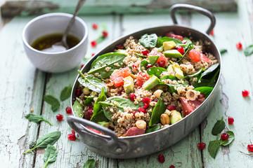Salade d'Hiver au Quinoa, Bulgour, Epinards, Grenade, Orange Sanguine, Noisettes et Avocat