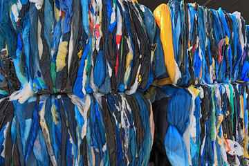 Zelfklevend Fotobehang Paradijsvogel Ballen mit Plastikfolien fuer das Kunststoffrecycling in einem Recyclingbetrieb