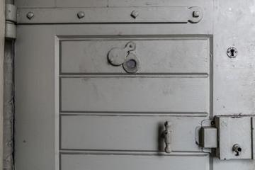 Zellentüre im Gefängnis mit Türspion und Schloss