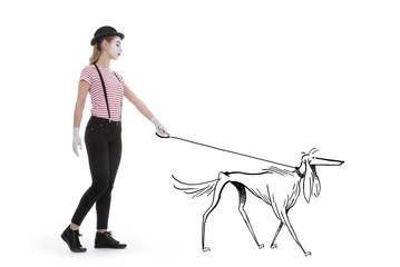 jeune fille mime maquillage blanc théâtre mimant marchant avec un chien