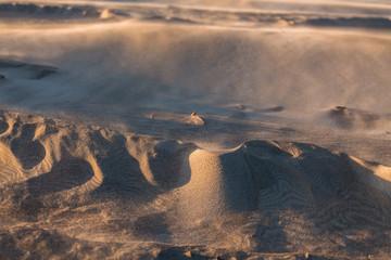 des formes en sable créées par le vent sur une plage