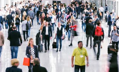 Fototapete - Large crowd of business people walking