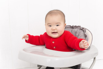 歩行器に乗った赤ちゃん