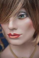 mannequin en vitrine avec perruque