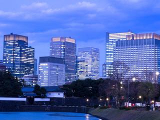 皇居・桜田門と丸の内のビル群