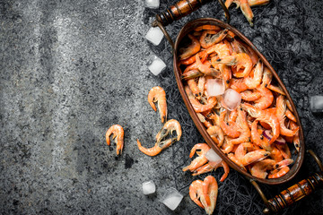 Fototapete - Fresh shrimp in a bowl with ice and fishing net.