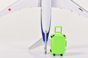 模型の飛行機とキャリケース