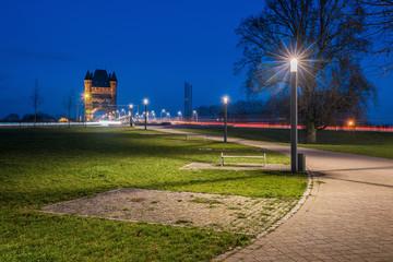 Nächtlicher Blick auf die Rheinbrücke Nibelungenbrücke Worms mit Nibelungenturm