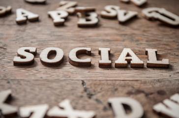 concept mot en lettre de bois - social