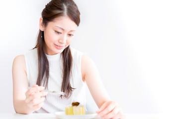 ケーキを食べる若い女性