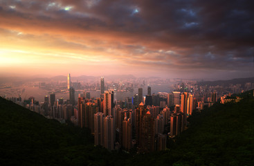 Fotomurales - Sunset over Victoria Harbor from Victoria Peak in Hong Kong