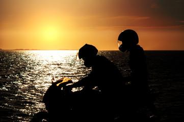 Pärchen mit Motorrad an der Nordsee