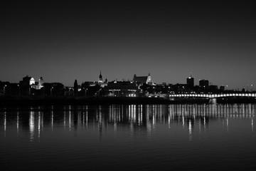Obraz miasto nocą widok z drugiego brzegu - fototapety do salonu