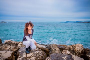 Femme sur la digue de la plage de la Coudoulière à Six-Fours-les-Plages