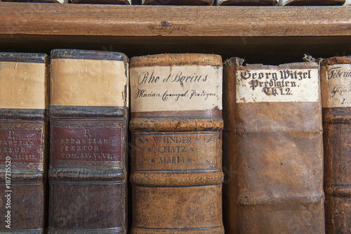 Gestell mit alten Büchern, historische Kapuzinerbibliothek, Luzern