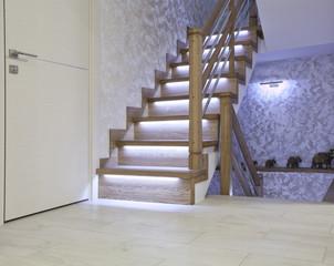 Дубовая лестница с подсветкой из светодиода в светлом интерьере