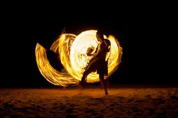Feuertänzer am Strand