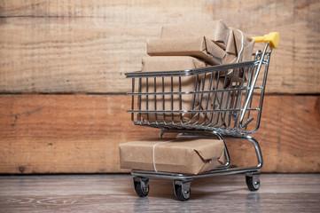 concept colis dans un mini chariot de supermarché