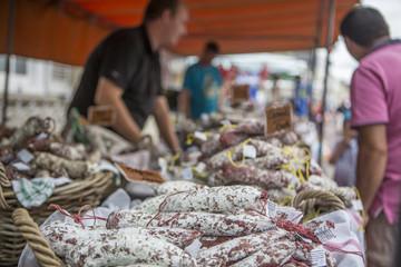 Wochenmarkt, Marktstand mit Wurst, Würstchen, Wurstwaren