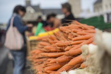 Markt, Wochenmarkt, Marktstand mit Möhren