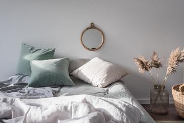 Sonnendurchflutetes Schlafzimmer in skandinavischem Design