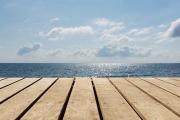 Holzboden leer mit Meer und Himmel Hintergrund