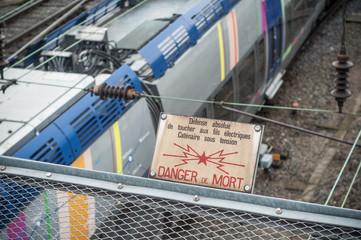 panneau danger de mort au dessus des voies de chemin de fer