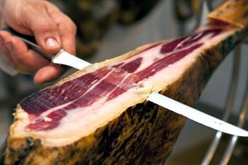 Cortar jamón ibérico en jamonero España