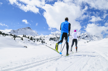 Langläufer in frisch verschneiter Natur