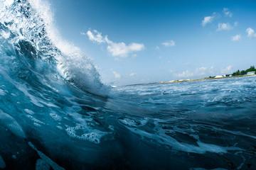 Poster de jardin Eau Ocean wave breaking on the shore. Surfspot named Jailbreak, Maldives