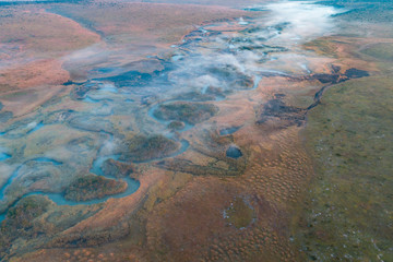 O rio Cubango de madrugada visto do ar. Angola