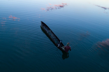 Pescador em canoa (mocoro) no longo do rio Cubango em Angola