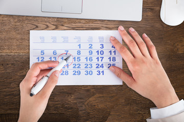 Fototapete - Businessperson Drawing Red Circle On Calendar Date