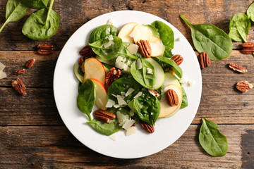 spinach salad with pecan and apple