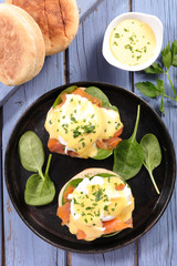 muffin with salmon and poached egg
