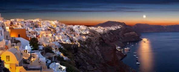 Panorama von Oia auf Santorini in Griechenland nach Sonnenuntergang mit Vollmond
