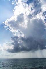 Regen über dem Meer